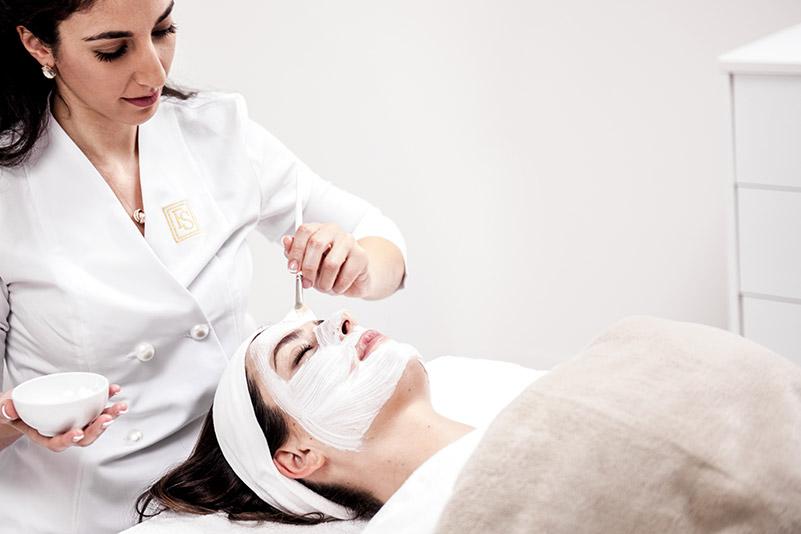 Die kosmetische Gesichtsbehandlung verfeinert nicht nur Ihre Haut – die Behandlung ist auch eine erholsame Auszeit vom Alltag.