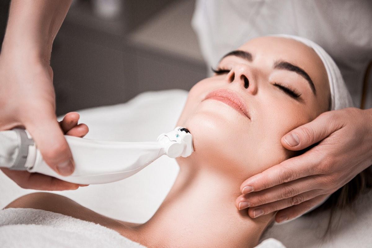 Behandlungsbereiche der ästhetischen Dermatologie reichen von Akne bis unerwünschte Falten.