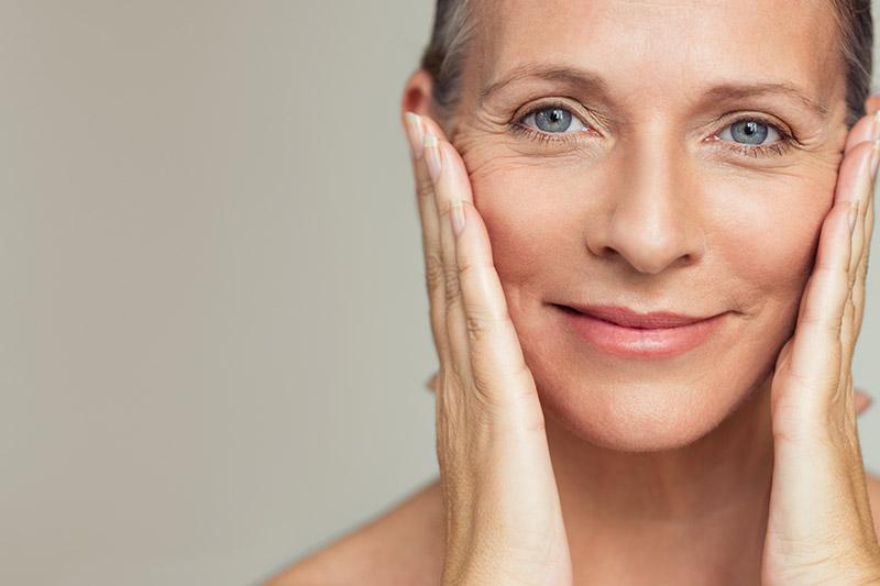 Im Idealfall gelingt es, die Faltenbildung schon präventiv auszubremsen. Zum Beispiel mit hochwertigen Anti-Falten-Cremes, vor allem aber mit tiefenwirksamen Beauty.Treatments und einer Reihe von Technologie gestützten Gesichtsbehandlungen