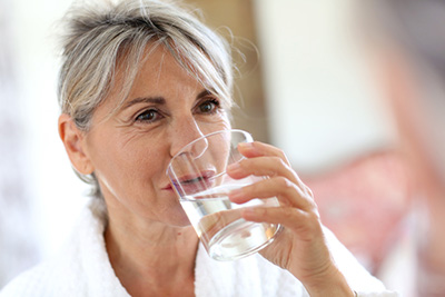 Das einfachste Mittel, um Falten zu verhindern: viel trinken.