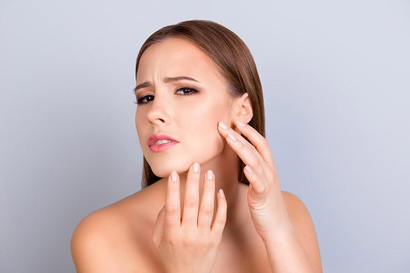Pickel, Mitesser und andere Unreinheiten stören nicht nur die Ästhetik, unreine Haut kann auch zu seelischen Beeinträchtigungen führen.