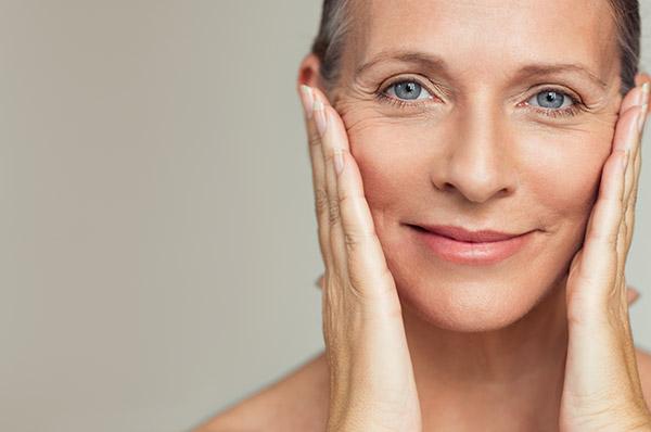 Schöne Haut unabhängig vom Alter: Der Mediziner ist als Anti-Aging-Fachmann eine gefragte Beratungsinstanz in Sachen Hautgesundheit.
