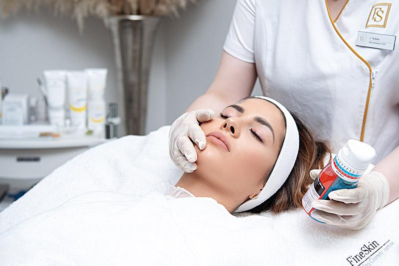 Chemische Peelings sind in der Regel kurz und schmerzfrei - FineSkin - Ästhetische Chirurgie - Augenlidstraffung - Brustvergrösserung – Fettabsaugung - 3D Simulation (Beratung) - Ästhetische Dermatologie - Hyaluron - Muskelrelaxans - Fettwegspritze - Fadenlifting - PRP Vampire Lifting - TCA-Peeling - Medizinische Kosmetik (Gesicht) - Observer-Hautanalyse - HydraFacial - Mesotherapie - QuadroStar - Secret RF Microneedling - Diodenlaser MeDioStar - IS Clinical Fire & Ice - Chemische Peelings - Fruchtsäurepeeling -ICOONE Laser - Seyo TDA Beautysystem -Ultraschallbehandlung - BB Glow Microneedling - Klassiche Gesichtsbehandlung - Medizinische Kosmetik (Körper) - Kryolipolyse - ICOONE Laser Body - Secret RF Microneedling Body - Dauerhafte Haarentfernung - VIP Line Elektrotherapie Body - Methode Brigitte Kettner - iS Clinical - Aesthetico - IMAGE Skincare - Beauty Secrets