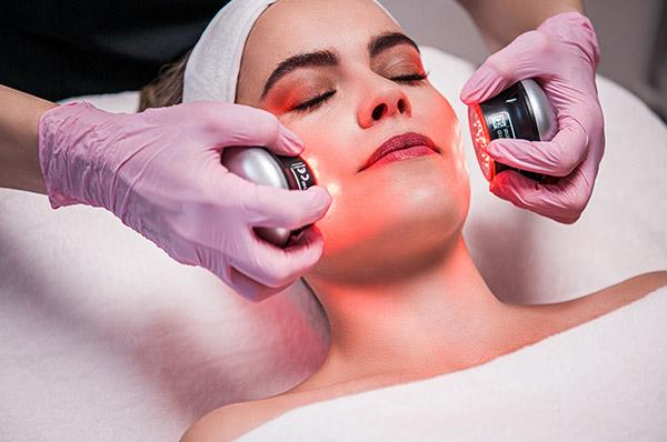 Für viele ästhetisch-medizinische Zielsetzungen verfügen unsere Hautärzte über passende Behandlungstechnologien wie z.B. die Hydrafacial-Behandlung.