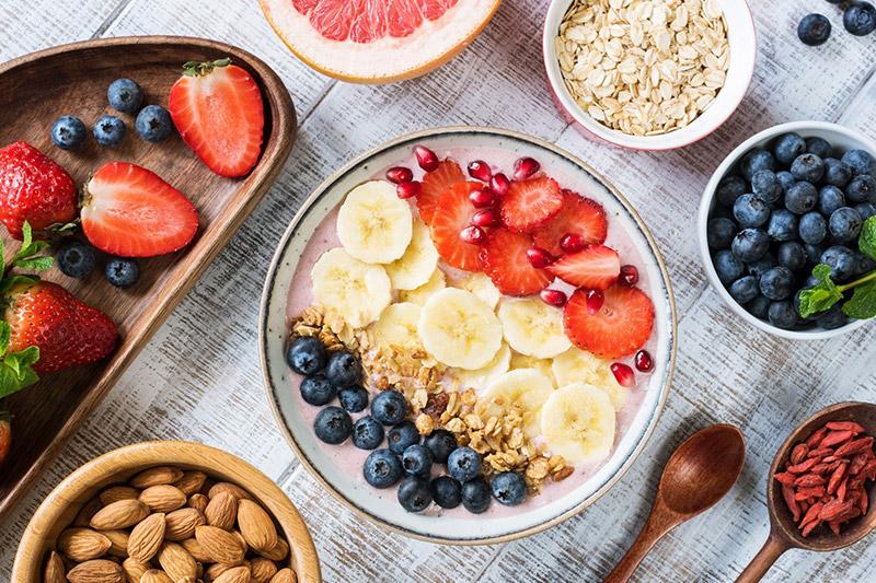 Gesunde Ernährung gegen Besenreiser: Übergewicht, übermässiger Alkohol- und Nikotingenuss können sich ungünstig auf die Blutgefässe auswirken.