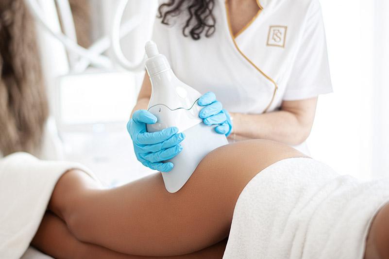 Kryolipolyse lässt sich an den meisten Körper-Problemzonen einsetzen: Oberarme, Taille, Bauch, Rücken, Oberschenkel und Knie. - FineSkin - Ästhetische Chirurgie - Augenlidstraffung - Brustvergrösserung – Fettabsaugung - 3D Simulation (Beratung) - Ästhetische Dermatologie - Hyaluron - Muskelrelaxans - Fettwegspritze - Fadenlifting - PRP Vampire Lifting - TCA-Peeling - Medizinische Kosmetik (Gesicht) - Observer-Hautanalyse - HydraFacial - Mesotherapie - QuadroStar - Secret RF Microneedling - Diodenlaser MeDioStar - IS Clinical Fire & Ice - Chemische Peelings - Fruchtsäurepeeling -ICOONE Laser - Seyo TDA Beautysystem -Ultraschallbehandlung - BB Glow Microneedling - Klassiche Gesichtsbehandlung - Medizinische Kosmetik (Körper) - Kryolipolyse - ICOONE Laser Body - Secret RF Microneedling Body - Dauerhafte Haarentfernung - VIP Line Elektrotherapie Body - Methode Brigitte Kettner - iS Clinical - Aesthetico - IMAGE Skincare - Beauty Secrets