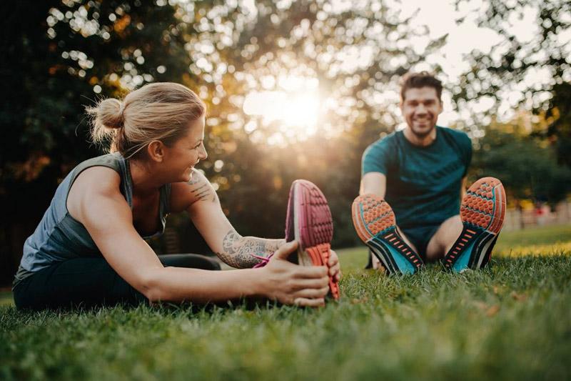 Bewegung ist gut zur Vorbeugung von Besenreisern: nicht zu lange sitzen oder auf einem Fleck stehen.